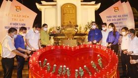 Các đại biểu thắp nến tri ân tại Khu di tích lịch sử cấp quốc gia đặc biệt Ngã ba Đồng Lộc