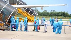 Hà Tĩnh đón gần 400 người dân từ TPHCM và các tỉnh phía Nam về quê bằng máy bay