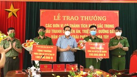 Chủ tịch UBND tỉnh Hà Tĩnh Võ Trọng Hải tặng hoa chúc mừng và trao thưởng các lực lượng. Ảnh: Công an Hà Tĩnh cung cấp