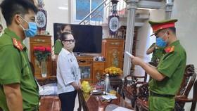 Cơ quan điều tra tiến hành lệnh khám xét nhà của Lê Thị Hiền. Ảnh: Công an Hà Tĩnh cung cấp