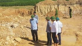 Lãnh đạo huyện Kỳ Anh và lực lượng chức năng kiểm tra hiện trường khai thác khoáng sản trái phép ở xã Kỳ Tây