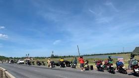 Người dân từ các tỉnh phía Nam đi phương tiện cá nhân về quê tại chốt kiểm soát phòng chống dịch trên Quốc lộ 1 (thị xã Kỳ Anh, tỉnh Hà Tĩnh)