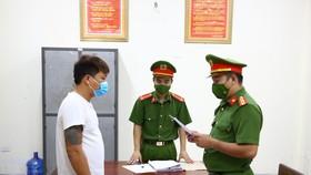 Công an đọc các quyết định khởi tố và lệnh bắt bị can để tạm giam đối với Nguyễn Đình Điệp. Ảnh: Công an Hà Tĩnh cung cấp