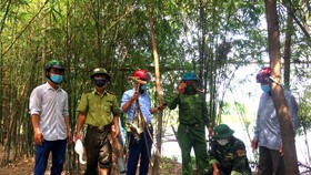 Lực lượng chức năng Hà Tĩnh tiến hành thu gom, xử lý các dụng cụ dùng để săn bắt chim di cư tự nhiên