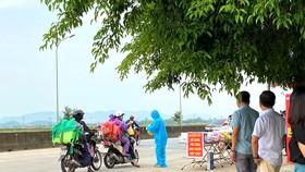 Hỗ trợ suất quà cho người dân tại điểm dừng chân tạm thời ở huyện Cẩm Xuyên