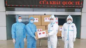 Trao tặng các trang thiết bị y tế phòng chống dịch Covid-19