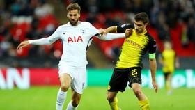 Sokratis Papastathopoulos (phải), nhân vật trung tâm trong hệ thống phòng ngự của Dortmund. Ảnh: Getty Images