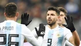 Sergio Aguero (trái) mừng bàn thắng trong màu áo đội tuyển. Ảnh: Getty Images
