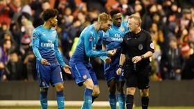 """Cầu thủ Arsenal phản đối quyết định thổi phạt đền của trọng tài, nhưng Arsene Wenger tin Arsenal """"tự thua"""". Ảnh: Getty Images"""
