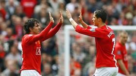 Tevez (trái) và Ronaldo khi còn thi đấu chung màu áo Man.United. Ảnh: Getty Images