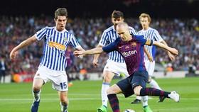 Barca hạ màn La Liga với nước mắt của Iniesta