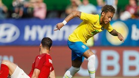 Một pha xử lý của Neymar khiến đối thủ rơi rụng. Ảnh: Getty Images