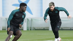Những bài tập Barca sẽ giúp Samuel Umtiti (trái) ngăn cản Lionel Messi. Ảnh: Getty Images