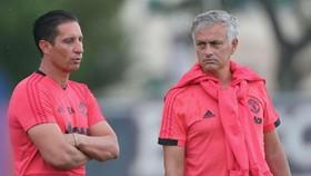 Jose Mourinho (phải) đang trong một mùa hè khó khăn bật nhất sự nghiệp. Ảnh: The Sun