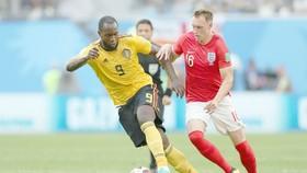 Romelu Lukaku (Bỉ, trái) và Phil Jones (Anh) đối đầu nhau ở trận tranh hạng 3 World Cup 2018. Ảnh: Getty Images
