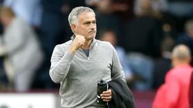 HLV Jose Mourinho tìm lại dáng vẻ tự tin sau chiến thắng giải tỏa ở Burnley. Ảnh: Getty Images