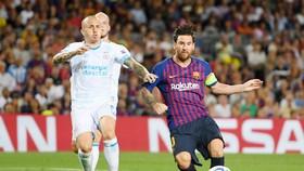 Lionel Messi ghi bàn trước sự bất lực của hàng phòng ngự PSV Eindhoven. Ảnh: Getty Images
