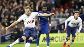 Harry Kane sút thắng quả phạt đền tranh cãi. Ảnh: Getty Images