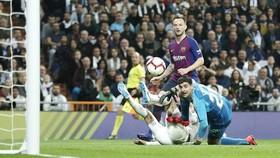 Ivan Rakitic sắm vai người hùng mang về chiến thắng cho Barca. Ảnh: Getty Images