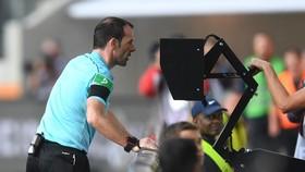 VAR sẽ chính thức được áp dụng ở Premier League mùa tới. Ảnh: Getty Images