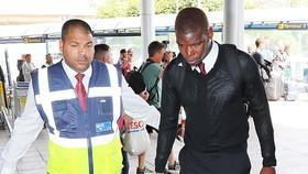 Paul Pogba vội vã khi đến sân bay. Ảnh: Daily Mail