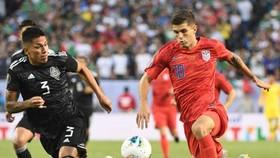 Christian Pulisic (phải) không nghỉ ngơi dù vừa cùng tuyển Mỹ đá chung kết Cúp vàng. Ảnh: Getty Images