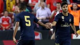Marco Asensio (phải) mừng bàn thắng chỉ vài phút trước khi chấn thương xảy ra. Ảnh: Getty Images