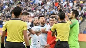 Lionel Messi nhận chiếc thẻ đỏ thứ 2 trong sự nghiệp ở kỳ giải mà anh nặng nề chỉ trích trọng tài. Ảnh: Getty Images