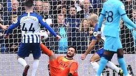 Hugo Lloris đau đớn nhìn đối phương ghi bàn từ sai lầm của mình. Ảnh: Getty Images