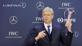 Arsene Wenger trong một lần được vinh danh về sự nghiệp to lớn của mình. Ảnh: Getty Images