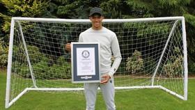 Alexander Alexander-Arnold vinh dự được ghi tên mình vào sách kỷ lục thế giới Guinness. Ảnh: Getty Images