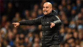 HLV Pep Guardiola đang chịu áp lực khi phải bám đuổi Liverpool. Ảnh: Getty Images
