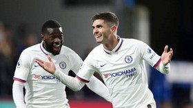 Christian Pulisic (phải) đã thật sự hòa nhập và tỏa sáng cùng Chelsea. Ảnh: Getty Images
