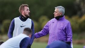 Jose Mourinho thảo luận với đội trường Harry Kane trong buổi tập đầu tiên. Ảnh: Getty Images