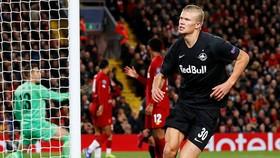 Erling Haaland ghi bàn vào lưới Liverpool ở Champions League. Ảnh: Getty Images