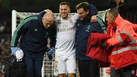 Eden Hazard khá đau đớn khi rời sân. Ảnh: Getty Images