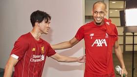 Fabinho (phải) chào đón tân binh Takumi Minamino... Ảnh: Getty Images