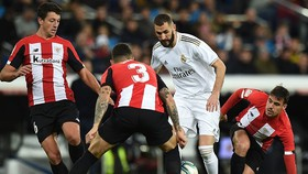 Karim Benzema đang phải gánh vác cả hàng công của Real Madrid. Ảnh: Getty Images