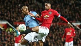 Fernandinho hứng khởi càng giúp Man.City vững vàng trước mối đe dọa từ Man.United. Ảnh: Getty Images
