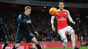 Các ngôi sao Mesut Oezil hay Kevin De Bruyne sẽ chịu thiệt 750.000 bảng trong 3 tháng. Ảnh: Getty Images