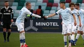Cầu thủ Dinamo Minsk (phải) mừng bàn thắng trước Torpedo Zhodino. Ảnh: Buzz.ie