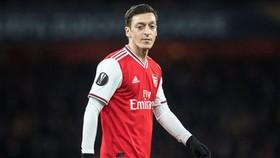 Mesut Oezil chỉ giảm lương khi biết chính xác về tổn thất của Arsenal. Ảnh: Getty Images
