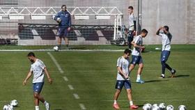 Cầu thủ Bayern Munich đang tập luyện chờ ngày trở lại.