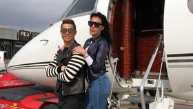 Cristiano Ronaldo và bạn gái Georgina Rodriguez chưa thể lên chuyên cơ trở lại Italy.