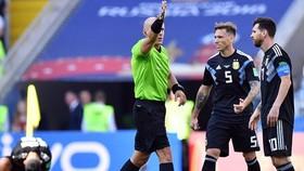 Lucas Biglia bên cạnh Lionel Messi khi còn khoác áo tuyển Argentina. Ảnh: Getty Images