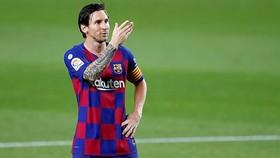 Lionel Messi hướng về khán đài trống mừng bàn thắng. Ảnh: Getty Images