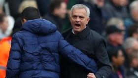 HLV Jose Mourinho phấn khích sau chiến thắng hệ trọng. Ảnh: Getty Images