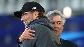 Carlo Ancelotti chúc mừng Jurgen Klopp ở trận hòa 0-0 trong derby Meseyside vào Chủ nhật. Ảnh: Getty Images
