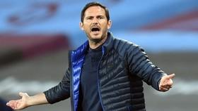 HLV Frank Lampard lại phải than thở về sự thiếu ổn định và sai sót của Chelsea. Ảnh: Getty Images