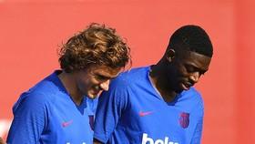 Ousmane Dembele (phải) và Antoine Griezmann nếu kịp sẵn sàng sẽ là tin rất tốt với Barca.